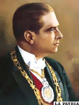 31. HERNANDO SILES REYES  Nació el 5 de agosto de 1882 en Sucre y falleció el 25 de noviembre de 1942 en Lima, Perú. Fue electo constitucionalmente el 10 de enero de 1926 y concluyó su mandato el 28 de mayo de 1930. Su gobierno se caracterizó por la construcción del tramo carretero Tarija-Villa Montes, renovó el armamento del Ejército, se preocupó de la reorganización de las finanzas nacionales mediante la Misión Kemmerer que creó la ley del Banco Central; aprobó la Ley Orgánica del Presupuesto; la Ley General de Bancos; la Ley de Reforma Monetaria y simultáneamente la Contraloría General de la República.