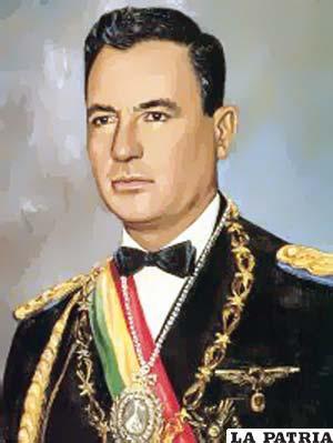 """47. RENÉ BARRIENTOS ORTUÑO  Nació en Tarata el 30 de mayo de 1919 y murió en un accidente el 27 de abril de 1969, en Arque, Cochabamba. Fue Presidente de Bolivia por tres periodos, el primero del 5 de noviembre de 1964 al 26 de mayo de 1965; el segundo del 26 de mayo de 1965 al 2 de enero de 1966 y el tercero, el 6 de agosto de 1966 al 27 de abril de 1969. En su gobierno se construyó el aeropuerto de El Alto; se renovó el contrato con la Gulf Oil. Co. para la provisión de petróleo; se creó la Universidad Técnica """"Gral. José Ballivián"""" en el departamento del Beni; sucedió la masacre de San Juan tras ordenar el Gobierno la represión armada contra los mineros con el argumento de que se estaban organizando para apoyar a la guerrilla del Che."""