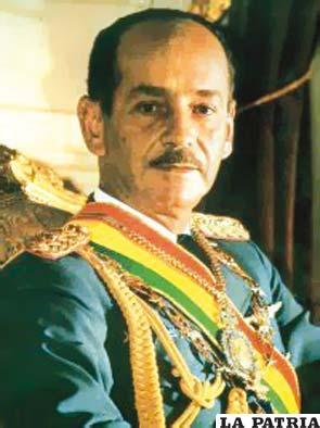 """51. HUGO BANZER SUÁREZ Nació el 10 de mayo de 1926 en Concepción, Santa Cruz, y falleció el 6 de mayo de 2002 en Santa Cruz de la Sierra. Asumió la Presidencia en dos oportunidades: del 21 de agosto de 1971 al 21 de julio de 1978 y el segundo periodo del 6 de agosto de 1997 al 7 de agosto de 2001. Lo más sobresaliente en su gobierno fue el encuentro con Augusto Pinochet, más conocido como """"el abrazo de Charaña"""" para iniciar la negociación sobre el enclaustramiento marítimo; la venta de gas y estaño en su precio máximo; Santa Cruz se benefició con proyectos camineros. Durante su segundo gobierno se inauguró la Defensoría del Pueblo; se creó el Consejo de la Judicatura y el Tribunal Constitucional; se promulgó la Ley del Diálogo Nacional y logró la eliminación de más de 25.000 hectáreas de coca."""