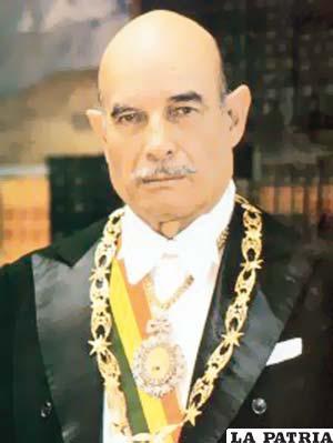 54. WALTER GUEVARA ARZE  Nació en Cochabamba el 11 de marzo de 1912 y murió el 20 de junio de 1996 en La Paz. Fue designado interinamente por ser presidente del Congreso hasta que fue derrocado el 1 de noviembre de 1979. Evitó la venta de treinta y cinco mil toneladas de estaño que ocasionarían un perjuicio económico para Bolivia; tras dialogar con Walter Mondale, vicepresidente de Estados Unidos, logró que en la Asamblea de la Organización de Estados Americanos (OEA) todos los países; menos Chile declaren que a Bolivia se le debía reconocer una salida propia al océano Pacífico, situación que no fue concretada debido al golpe de Estado dirigido por Alberto Natusch Busch; durante su breve mandato no hizo obra alguna.