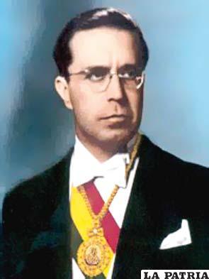 45. VÍCTOR PAZ ESTENSSORO  Nació en Tarija el 2 de octubre de 1907 y murió en la misma el 7 de junio de 2001.  Asumió el cargo en cuatro oportunidades, del 15 de abril de 1952 al 6 de agosto de 1956; del 6 de agosto de 1960 al 6 de agosto de 1964; del 6 de agosto al 4 de noviembre de 1964, fue derrocado por René Barrientos; por último gobernó del 6 de agosto de 1985 al 6 de agosto de 1989. Instauró el voto universal; nacionalizó las minas para que sean dependientes del Estado; firmó el decreto de Reforma Agraria; estableció la educación universal; se ordenó el cierre del Colegio Militar, se estableció milicias de mineros, campesinos, fabriles y clase media. Se promulgó el D.S. 21060; cerrando las minas y dictó el Impuesto al Valor Agregado (IVA).