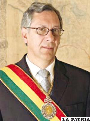64. EDUARDO RODRÍGUEZ VELTZÉ  Nació en Cochabamba el 2 de marzo de 1956. Fue sub contralor de Servicios Legales de la Contraloría General de la República, asesor general del Ministerio de Relaciones Exteriores y Culto; coordinador residente del Instituto Latinoamericano de las Naciones Unidas para la Prevención del Delito y Tratamiento del Delincuente. Fue nombrado Presidente el 9 de junio de 2005, tras la renuncia de Carlos D. Mesa Gisbert, y la sucesión de Hormando Vaca Díez, presidente del Senado, y de Mario Cossío, presidente de la Cámara de Diputados, y concluyó su mandato el 21 de enero de 2006. En su gobierno convocó a comicios nacionales para el 18 de diciembre de 2005.