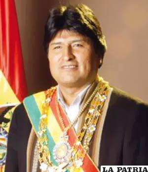 65. EVO MORALES AYMA  Nació en Orinoca, Oruro, el 26 de octubre de 1959.  Fue electo democráticamente y asumió el cargo el 20 de enero de 2006, posteriormente logró su reelección el 22 de enero del 2010 y continúa en ejercicio. Durante su mandato nacionalizó algunas empresas capitalizadas; puso en marcha el proceso de alfabetización; emprende una campaña contra la prohibición de la FIFA de jugar partidos de fútbol por encima de los 2.500 metros sobre el nivel del mar; entró en vigencia la nueva Constitución Política del Estado; promulgó la modificación al Código Tributario y a la Ley de Aduanas; se establecieron bonos a favor de los niños y de mujeres embarazadas.