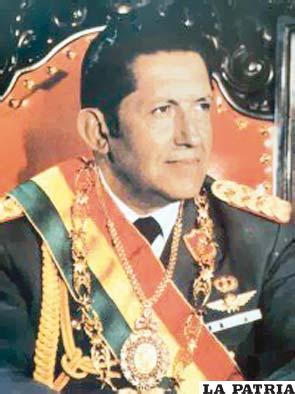 57. LUIS GARCÍA MEZA TEJADA  Nació el 8 de agosto de 1929 en Cochabamba y actualmente cumple una condena de 30 años sin derecho a indulto en el penal de Chonchocoro. Asumió la Presidencia el 17 de julio de 1980 hasta el 4 de agosto de 1981 al entregar a una junta de comandantes la administración gubernamental. Durante su gobierno ocurrió el asalto a la sede de la Central Obrera Boliviana, donde murió el líder socialista Marcelo Quiroga Santa Cruz; declaró el receso de las asociaciones sindicales, de asociaciones empresariales, profesionales, de trabajadores activos y pasivos como de partidos políticos. Su gestión no fue reconocida por los países vecinos y Estados Unidos.