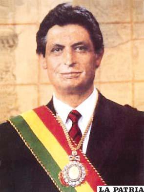 """60. JAIME PAZ ZAMORA  Nació en Cochabamba el 15 de abril de 1939 y vive en Tarija. Fue presidente del 6 de agosto de 1989 al 6 de agosto de 1993 por una alianza con el general Hugo Banzer Suárez.  Durante su Gobierno acordó con el Perú el uso del Puerto de Ilo; en 1992 se realizó un censo nacional; se implantó la política de """"coca por desarrollo""""; se planificó un sistema nacional de áreas protegidas y un fondo nacional para el desarrollo y protección ambientales promulgó la Ley Safco; firmó la venta de gas a Argentina; dictó la Ley de Medio Ambiente; convocó a elecciones generales en abril de 1983."""