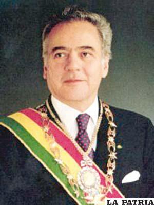 61. GONZALO SÁNCHEZ DE LOZADA  Nació en La Paz el 1 de julio de 1930 y actualmente radica en Estados Unidos. Fue Presidente en dos oportunidades, del 6 de agosto de 1993 al 6 de agosto de 1997 y del 6 de agosto de 2002 al 17 de octubre de 2003.  Aplicó el llamado Plan de Todos; llevó adelante la capitalización de empresas estatales como Entel, ENFE, ENDE, YPFB y LAB con inversionistas privados entregándoles el 50 por ciento de las acciones; promulgó la Ley de Participación Popular; Impulsó la Reforma Educativa e instauró la educación intercultural y bilingüe; creo el Bono Solidario (Bonosol). Fue obligado a renunciar a su segundo mandato tras anunciar el intento de implantar un impuesto al salario y la venta de gas a Estados Unidos pasando por Chile.