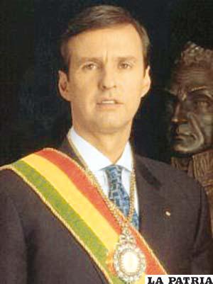 62. JORGE QUIROGA RAMÍREZ  Nació el 5 de mayo de 1960 en Cochabamba y actualmente vive en La Paz. Ejerció la Vicepresidencia hasta el 6 de agosto de 2001, fue Presidente de Bolivia a partir del 7 de agosto de 2001 tras la renuncia de Hugo Banzer Suarez. Durante su gobierno se llevó adelante un proceso de institucionalización en el Servicio Nacional de Caminos y el Servicio Nacional de Impuestos Internos; se construyó el gasoducto Yacuiba- Río Grande; en 2001 se llevó a cabo el Censo Nacional de Población y Vivienda, cuyo resultado demostró que Bolivia tenía una población de 8.274.325 habitantes; se aprobó una ley para modernizar la Carta Magna.