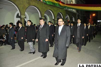 Los fiscales del distrito de Oruro participaron del desfile nocturno