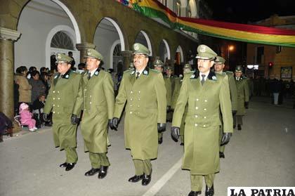 Jefes policiales presidiendo el ingreso de la institución del verde olivo