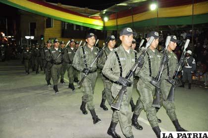 Estudiantes de la Escuela Básica de Policía rinden homenaje a Bolivia