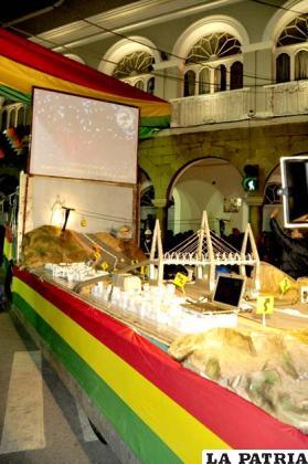 Carro alegórico que muestra un proyecto de teleférico hacia el monumento de la Virgen del Socavón