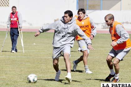 Carlos Saucedo domina el esférico ante la mirada de Mario Parrado y Rodrigo Gomes
