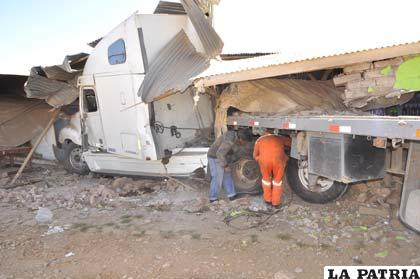 El camión permaneció varias horas entre las paredes del inmueble que quedó destruido