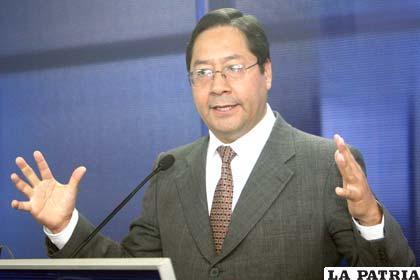 Ministro Arce explica el impuesto a la venta de dólares (Foto APG)