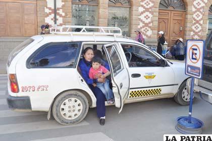 Pasajeros obligados a pagar 4 bolivianos por servicio de transporte en taxis