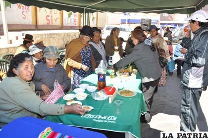 """Cocina de la Abuelita fue un éxito ayer en la Avenida Cívica """"Sanjinés Vincenti"""""""