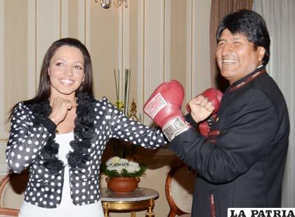 Durante la reunión de Jeniffer Salinas con Evo Morales (foto: APG)