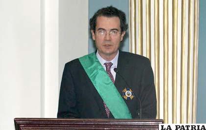 Ramón Santos embajador de España condecorado por la cancillería /APG