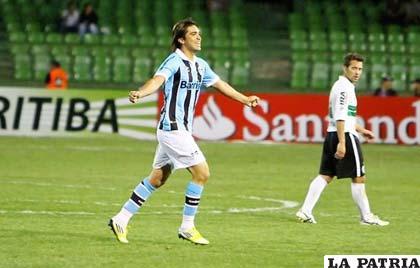 Marcelo Martins celebra el gol que le dio la clasificación a Gremio (foto: foxsportsla.com)