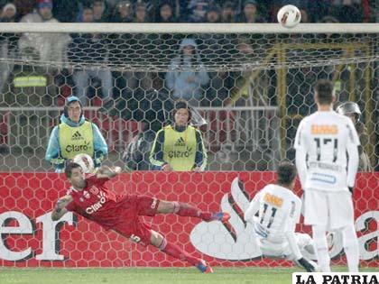 Neymar se resbala en el remate del penal (foto: foxsportsla.com)