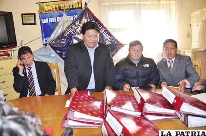 Walter Mamani hace la entrega de la institución a Freddy Fernández