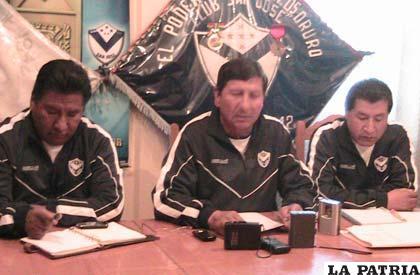 Dirigentes del club San José en la conferencia de prensa de ayer