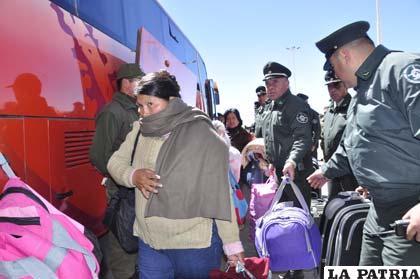Los indultados llegaron a Colchane, frontera del lado chileno, en medio de fuerte resguardo policial