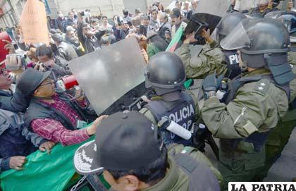 Periodistas paceños en vano intentan entrar a la Plaza Murillo (Foto APG)