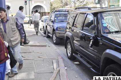 Vehículos afectados  por la caída de tablas y herramientas
