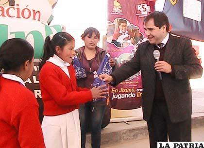 Carlos Espada, gerente de Emisa, entrega el Kit a los alumnos del María Nazareth