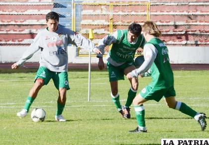 Carlos Saucedo podría ser tomado en cuenta en el once principal (foto: APG)