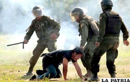 Soldados golpean a un indígena del Tipnis en Chaparina /ANF