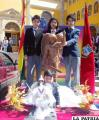Estudiantes del Colegio San Miguel con la imagen sagrada en el Santuario del Socavón