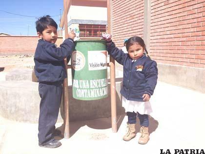 Niños botando basura - Imagui