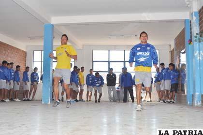 Neumann (izq.) ayer en la práctica de gimnasio junto a Torrico