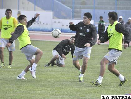 Parrado, Ovando, Saucedo y Ferrufino en el entrenamiento de San José