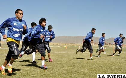 Jugadores del equipo de San José en el entrenamiento de ayer