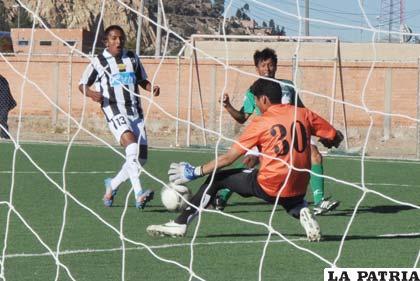 Una acción del partido en el cual venció Oruro Royal
