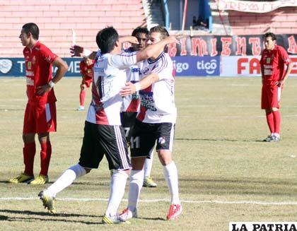 Pastor Tórrez celebra con sus compañeros el único gol del partido