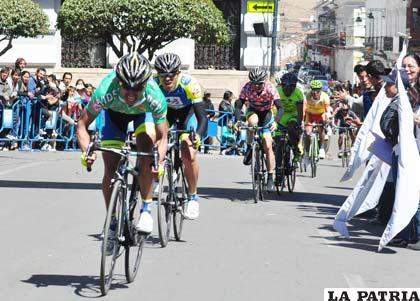 Llegada de los ciclistas a la Plaza 25 de Mayo en Sucre
