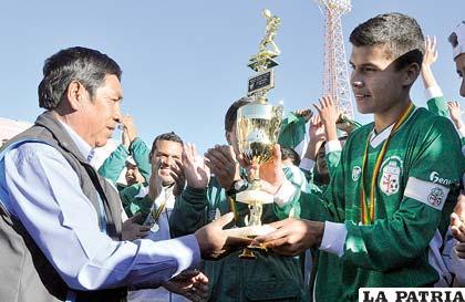 Vaca, capitán de Santa Cruz, recibe el trofeo de campeón