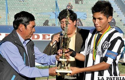 Cochabamba subcampeón, su capitán Bustillo recibe el trofeo