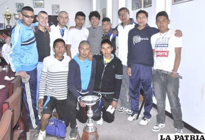 Los seleccionados con el trofeo de subcampeones