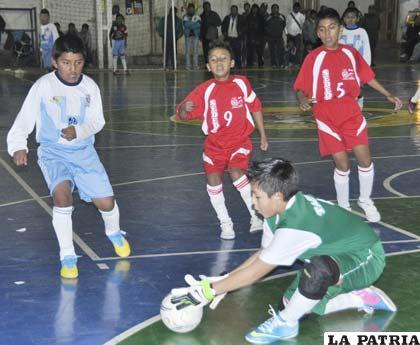 Leonardo Ruiz portero de Tarija estuvo acertado en el partido