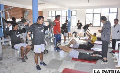 Marcos Ferrufino observa el trabajo físico de sus dirigidos