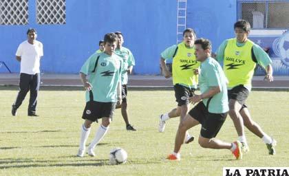 Gomes y Neumann en el entrenamiento de ayer en el estadio, observados por Ferrufino