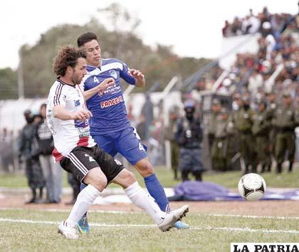 Luis Fernando Martelli despeja la pelota