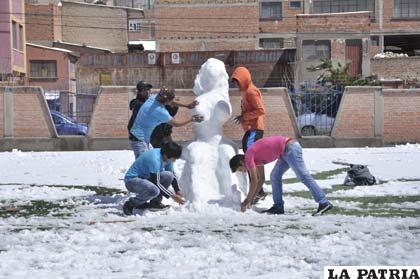 Los jóvenes se divierten en la cancha Jesber