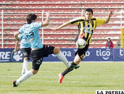 Marco Lasaga y Sacha Lima disputan el balón