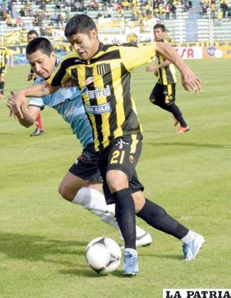 Gabriel Ríos con el balón